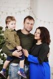 Familia feliz con contra el adornamiento del árbol de navidad Foto de archivo