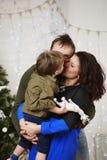 Familia feliz con contra el adornamiento del árbol de navidad Fotos de archivo