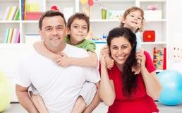 Familia feliz con dos cabritos Fotografía de archivo