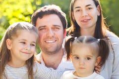 Familia feliz con dos niños al aire libre Imagenes de archivo