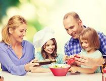 Familia feliz con dos niños que comen en casa fotos de archivo