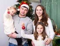 Familia feliz con el árbol de navidad Imagenes de archivo