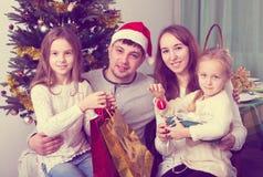 Familia feliz con el árbol de navidad Fotografía de archivo libre de regalías