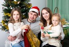 Familia feliz con el árbol de navidad Fotos de archivo libres de regalías