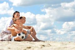 Familia feliz con el balón de fútbol Imágenes de archivo libres de regalías