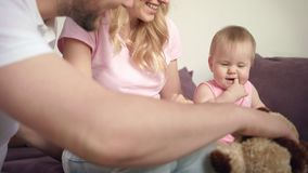Familia feliz con el bebé que juega junto El niño lindo se divierte en casa almacen de video