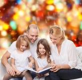 Familia feliz con el libro en casa Imagen de archivo