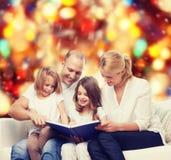 Familia feliz con el libro en casa Foto de archivo