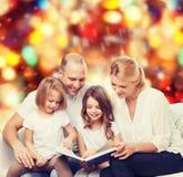 Familia feliz con el libro en casa Fotos de archivo
