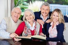 Familia feliz con el libro en clínica de reposo Fotos de archivo libres de regalías