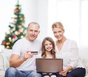 Familia feliz con el ordenador portátil Foto de archivo