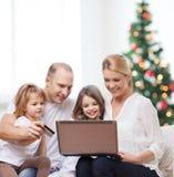 Familia feliz con el ordenador portátil Fotos de archivo