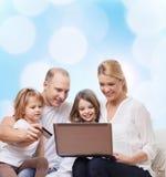 Familia feliz con el ordenador portátil y la tarjeta de crédito Fotografía de archivo