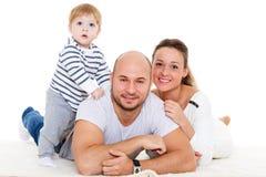 Familia feliz con el pequeño bebé Imagen de archivo