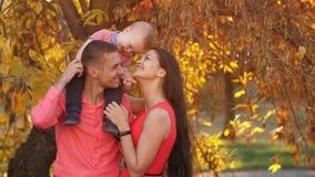 Familia feliz con el peque?o beb? almacen de video