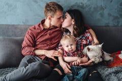 Familia feliz con el puppie fotografía de archivo