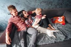 Familia feliz con el puppie foto de archivo