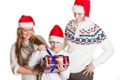 Familia feliz con el rectángulo de regalo Navidad Foto de archivo libre de regalías