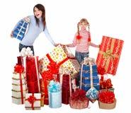 Familia feliz con el rectángulo del niño y de regalo del grupo. Imagen de archivo