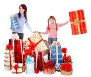 Familia feliz con el rectángulo del niño y de regalo del grupo. Foto de archivo libre de regalías
