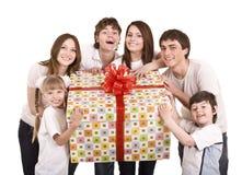 Familia feliz con el rectángulo de regalo. Imagenes de archivo