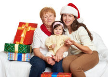 Familia feliz con el regalo de la caja, la mujer con el niño y los ancianos - concepto del día de fiesta Fotos de archivo