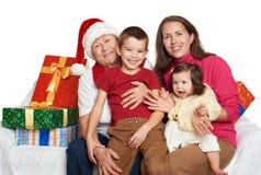 Familia feliz con el regalo de la caja, la mujer con el niño y los ancianos - concepto del día de fiesta Imagenes de archivo