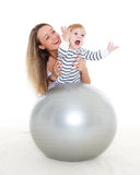 Familia feliz con la bola de la aptitud Fotos de archivo