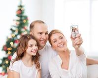Familia feliz con la cámara en casa Imagenes de archivo