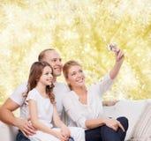 Familia feliz con la cámara en casa Foto de archivo