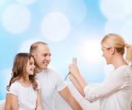 Familia feliz con la cámara en casa Fotos de archivo libres de regalías