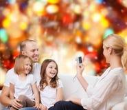 Familia feliz con la cámara en casa Imagen de archivo