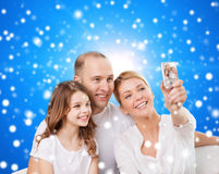 Familia feliz con la cámara en casa Imagen de archivo libre de regalías
