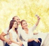 Familia feliz con la cámara en casa Foto de archivo libre de regalías