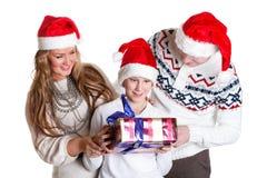 Familia feliz con la caja de regalo. La Navidad. Imagen de archivo libre de regalías
