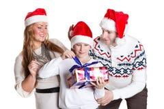 Familia feliz con la caja de regalo. La Navidad. Fotografía de archivo libre de regalías