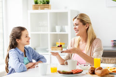 Familia feliz con la cocina de la torta de cumpleaños en casa Imagenes de archivo