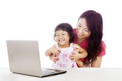Familia feliz con la computadora portátil Imagenes de archivo