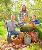 Familia feliz con la cosecha de las verduras Fotografía de archivo