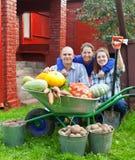 Familia feliz con la cosecha de las verduras Fotos de archivo
