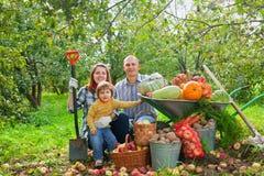 Familia feliz con la cosecha de los vehículos Imagen de archivo libre de regalías