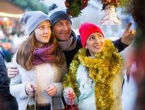 Familia feliz con la decoración de la Navidad Imagenes de archivo