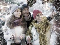 Familia feliz con la decoración de la Navidad Imagen de archivo