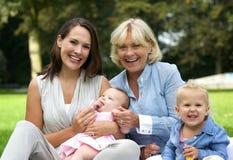 Familia feliz con la madre, los niños y la abuela Imagenes de archivo