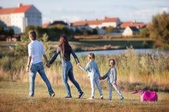 Familia feliz con la maleta que camina al aire libre Fotografía de archivo