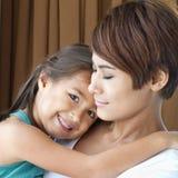 familia feliz con la sonrisa, el positivo, la hija preciosa y la madre Fotos de archivo