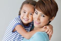 Familia feliz con la sonrisa, hija positiva y la madre Fotografía de archivo libre de regalías