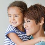 Familia feliz con la sonrisa, hija positiva y la madre Fotos de archivo libres de regalías
