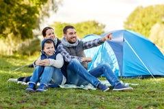 Familia feliz con la tienda en el camping Imágenes de archivo libres de regalías