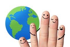 Familia feliz con la tierra, aislada con las trayectorias de recortes. Fotografía de archivo libre de regalías